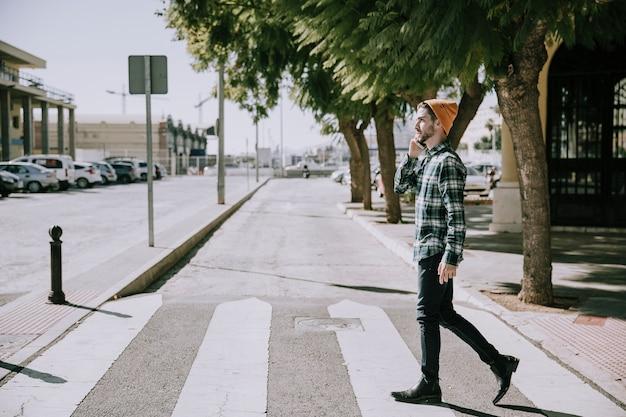 Hipster na przejściu dla pieszych