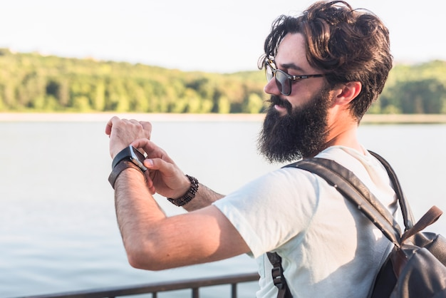 Hipster na wakacje obok jeziora