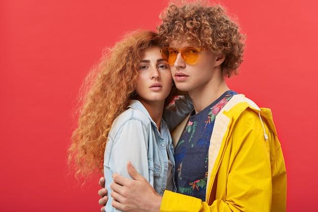 Hipster para ubrana w modne ubrania pozowanie w pomieszczeniu