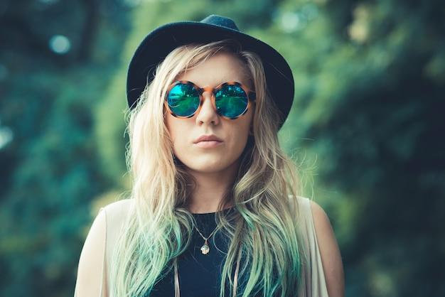 Hipster piękne młode blond włosy kobieta
