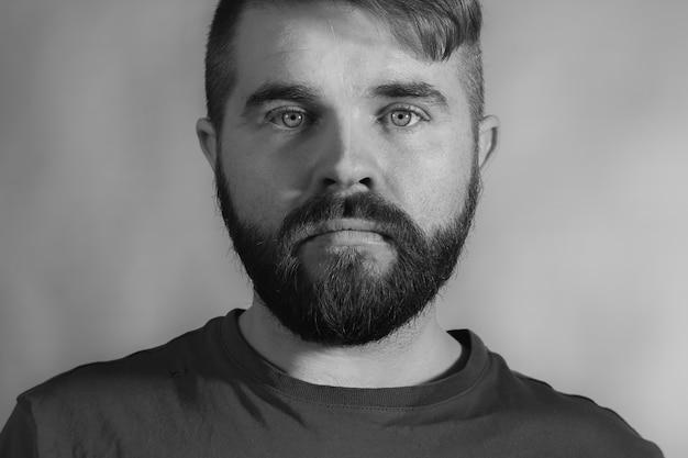Hipster portret mężczyzny w czerni i bieli w kompozycji poziomej.
