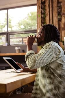 Hipster przy użyciu komputera typu tablet