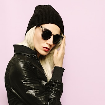Hipster style blonde girl swag czarna czapka typu beanie. efektowne okulary przeciwsłoneczne. sezon jesień zima