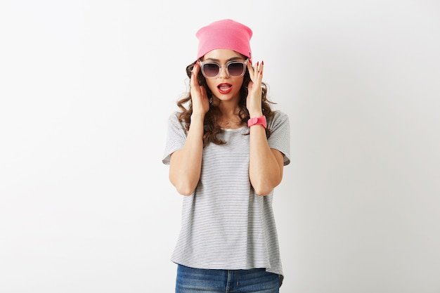 Hipster zaskoczony ładną kobietą w różowym kapeluszu, okulary przeciwsłoneczne, na białym tle