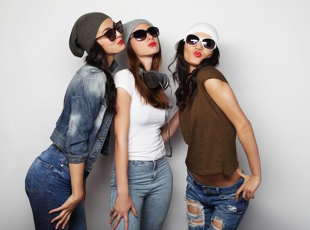 Hipsterskie dziewczyny z najlepszymi przyjaciółmi gotowe na imprezę