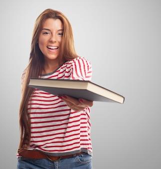 Hispanic dziewczyna z książką w ręku