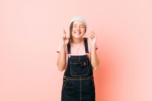 Hispter nastolatek kobieta skrzyżowane palce za szczęście