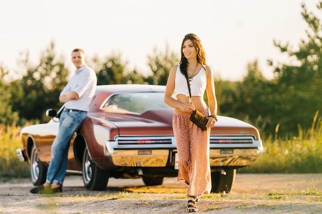 Historia miłości kobiety i mężczyzny w stylu retro w riwierze. unikalny samochód.