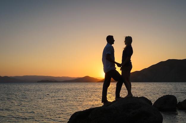 Historia miłosna na tle pięknego zachodu słońca
