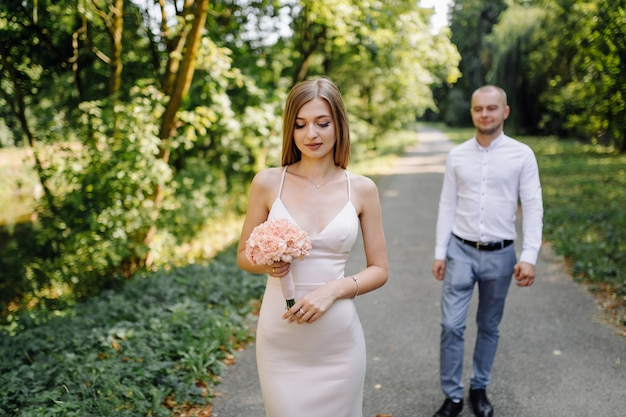 Historia miłosna w parku. szczęśliwy mężczyzna i kobieta