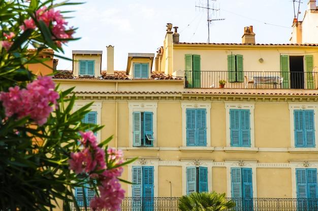 Historyczna architektura cannes na słonecznym dniu