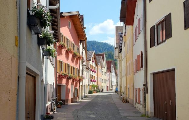 Historyczna bajkowa ulica we wsi füssen w niemczech