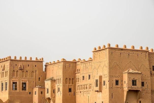 Historyczna casbah z taourirt ouarzazate w maroku z białym