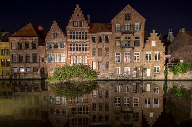 Historyczna dzielnica gandawy stare domy odbijają się w wodzie flandria wschodnia belgia