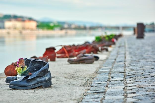 """Historyczna instalacja rzeźbiarsko-artystyczna- """"buty na dunaju"""" ku pamięci żydów poległych w czasie ii wojny światowej."""