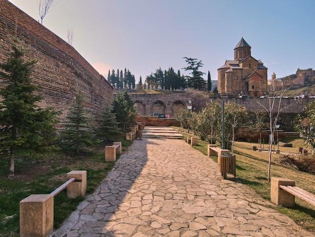 Historyczna świątynia metekhi na wzgórzu w centrum starego tbilisi.