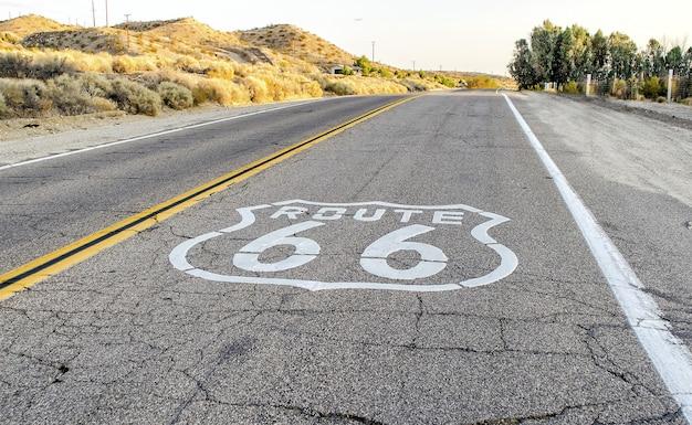 Historyczna trasa 66 z brukiem podpisuje wewnątrz kalifornia, usa