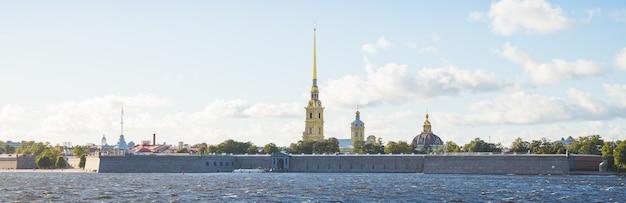 Historyczna twierdza, sankt petersburg, rosja. widok na twierdzę piotra i pawła po drugiej stronie newy, charakterystyczny punkt orientacyjny w sankt petersburgu