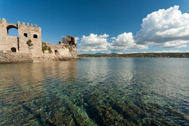Historyczna wenecka twierdza pod błękitnym niebem w ciągu dnia w grecji