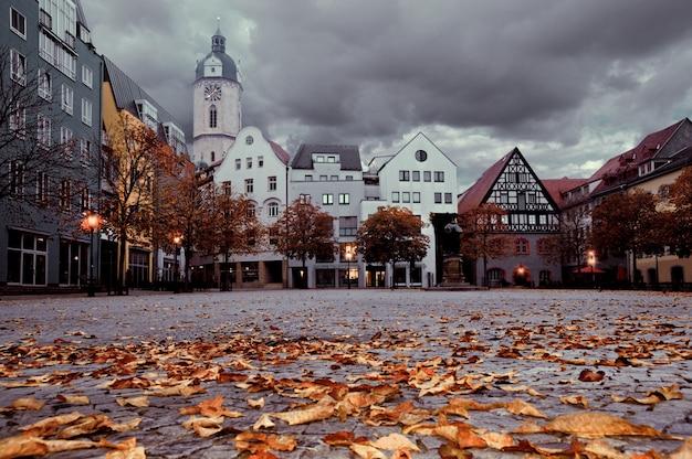 Historyczne budynki stojące przed rynkiem w starożytnym niemieckim mieście jena, niemcy