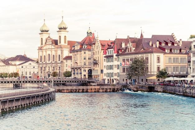 Historyczne centrum lucerny ze słynnym mostem chapel w szwajcarii.