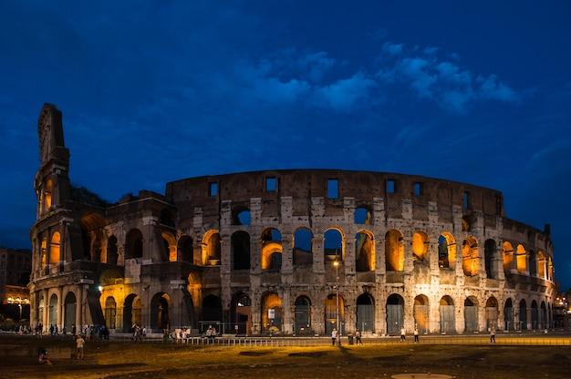 Historyczne koloseum nocą w rzymie, włochy