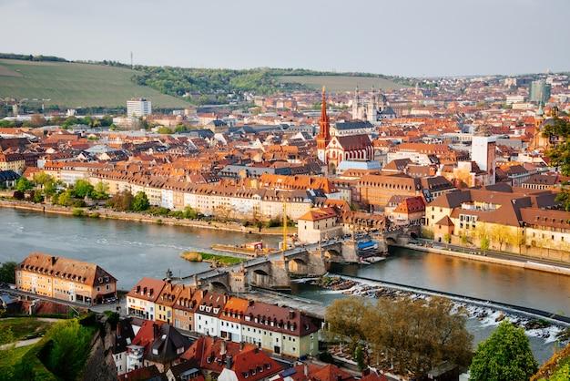 Historyczne miasto wurzburg z mostem alte mainbrucke, niemcy
