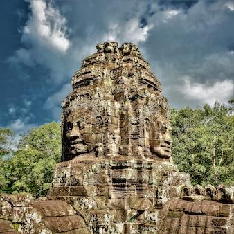 Historyczne posągi w angkor thom, siem reap, kambodża pod zachmurzonym niebem