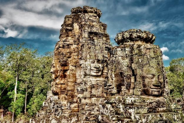 Historyczne posągi w angkor thom, siem reap, kambodża