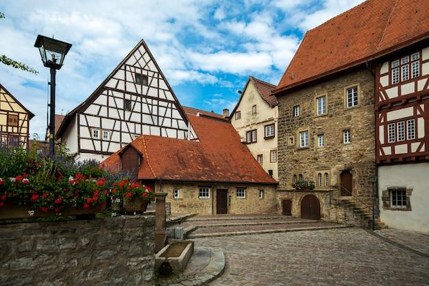 Historyczne, średniowieczne domy z muru pruskiego. stare niemieckie miasto bad wimpfen, niemcy.
