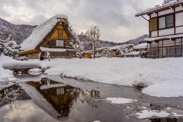 Historyczne wioski shirakawa-go i gokayama w sezonie zimowym