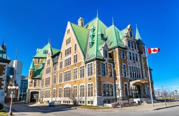 Historyczny budynek w quebec city w pobliżu stacji gare du palais w kanadzie.