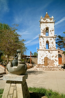 Historyczny dzwonkowy wierza świętego lucas kościół lub iglesia de san lucas, toconao miasteczko, północny chile