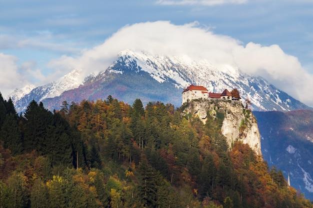 Historyczny kasztel na wierzchołku wzgórze otaczający pięknymi drzewami w krwawiący, slovenia