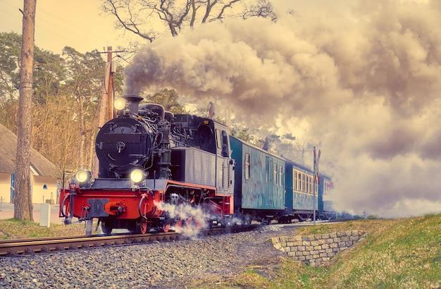 Historyczny pociąg parowy na wyspie rugen w niemczech