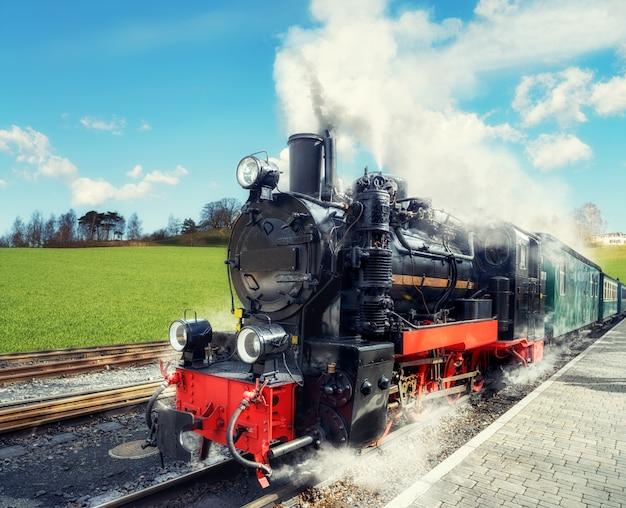 Historyczny pociąg parowy na wyspie rugia w niemczech