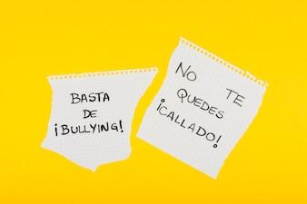 Hiszpańskie slogany przeciwko nękaniu na szkolnym papierze