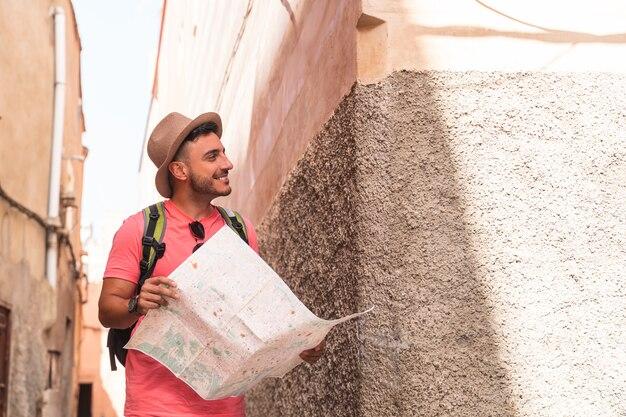 Hiszpan za pomocą mapy na sobie plecak w maroku.