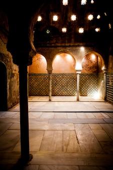 Hiszpania, andaluzja, granada. wnętrze arabskiej łazienki w pałacu alhambra