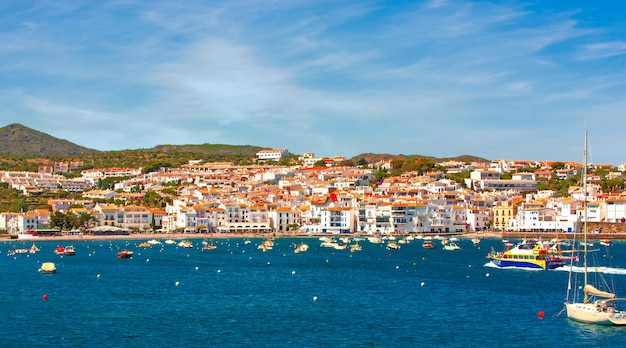 Hiszpania. katalonia. cadaques na wybrzeżu costa brava. słynne turystyczne miasto hiszpanii. ładny widok na morze. krajobraz miasta.