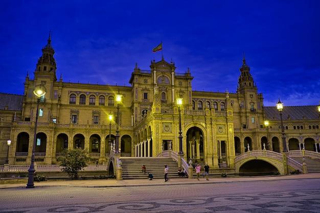 Hiszpania plaza w sewilli w nocy.