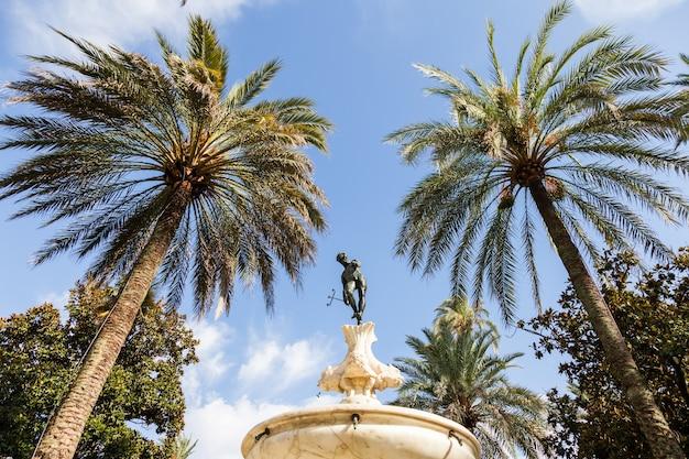Hiszpania, region andaluzji. szczegóły ogrodu pałacu królewskiego alcazar w sewilli.