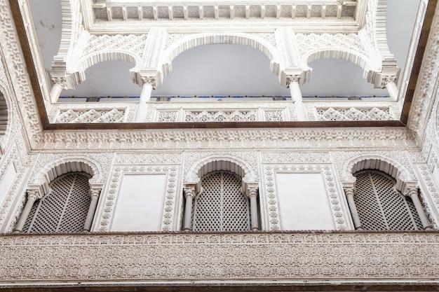 Hiszpania, region andaluzji. szczegóły pałacu królewskiego alcazar w sewilli.