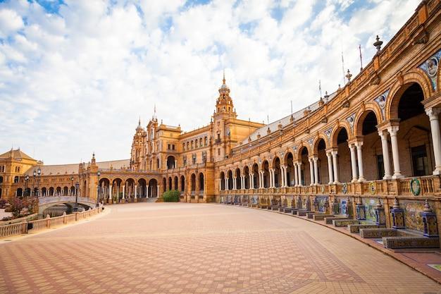 Hiszpania, sewilla. plac hiszpanii, przełomowy przykład renesansowego stylu odrodzenia w hiszpańskiej architekturze