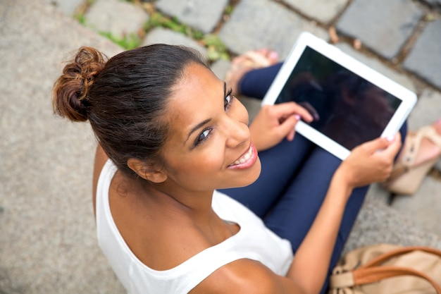 Hiszpanie dziewczyna za pomocą tabletu w mieście.