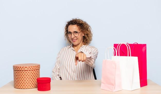 Hiszpanie kobieta w średnim wieku, wskazując na aparat z zadowolonym, pewnym siebie, przyjaznym uśmiechem, wybierając ciebie