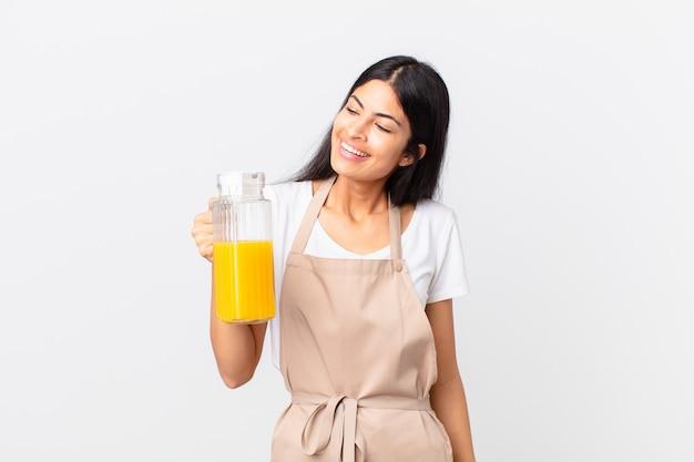Hiszpanie ładna kobieta kucharz. koncepcja soku pomarańczowego i śniadania