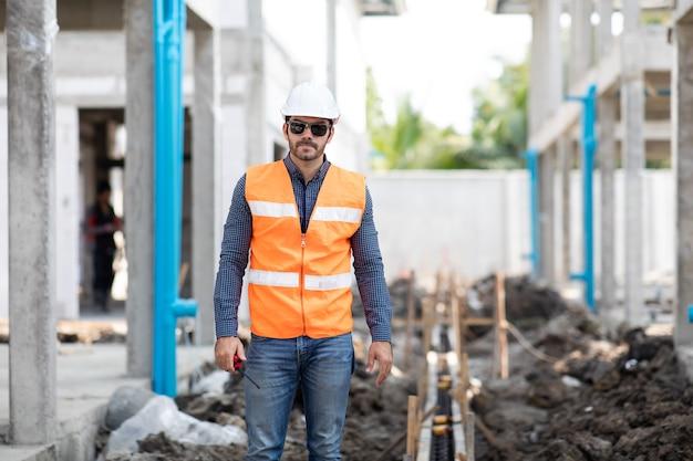 Hiszpanie lub bliskiego wschodu ludzie portret pracownika budowy na placu budowy
