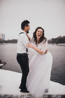 Hiszpanie mężczyzna i kobieta są pana młodego i panny młodej w zimie w śniegu