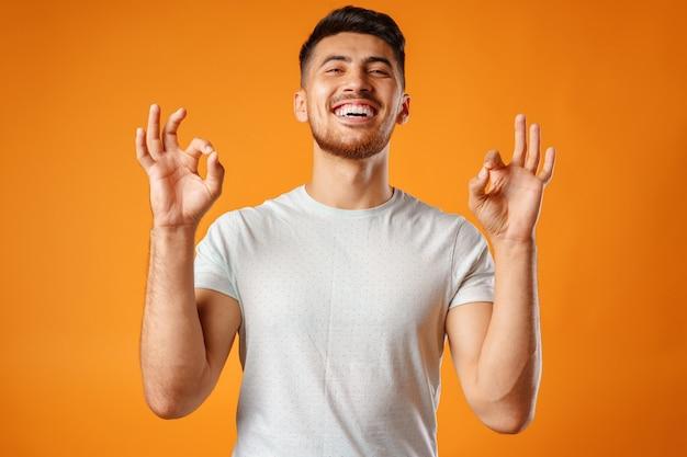 Hiszpanie młody przystojny mężczyzna śpiewa z radością w mikrofonie